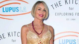 Sharon Stone super sexy. Tacco impossibile e vestitino dorato