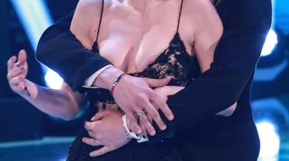 Martina Stella esce di seno, incidente hot a Ballando con le stelle