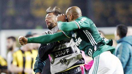 Felipe Melo colpisce Matias Mier del Penarol (Ansa)