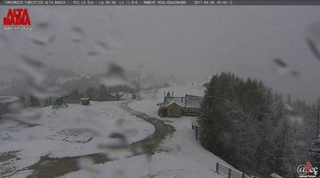 Previsioni meteo, ancora neve e pioggia. Nella foto da Twitter una webcam delle Alpi
