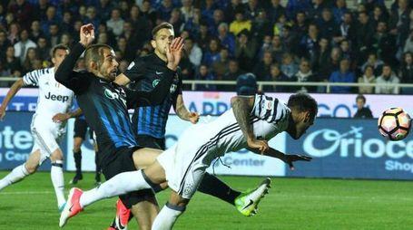Il gol di Dani Alves (Ansa)