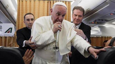 Papa Francesco sul volo di ritorno dall'Egitto (Ansa)