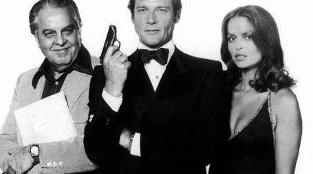Roger Moore con Cubby Broccoli e Barbara Bach in posa da 007 - foto Olycom