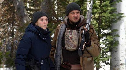 Elizabeth Olsen e Jeremy Renner  in una scena del film – Foto: IndieWire