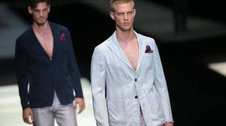 Armani, a Milano sfila lo stile con il 'greige'. Inno alla giacca