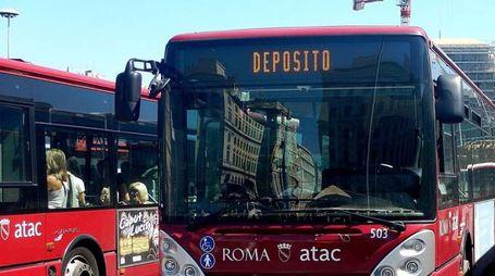 Autobus a Roma (Lapresse)