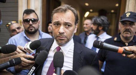 Matteo Richetti del PD parla ai giornalisti fuori la sede del PD (Ansa)