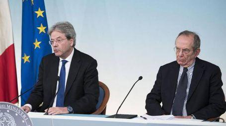 Il premier Gentiloni e il ministro Padoan (Ansa)