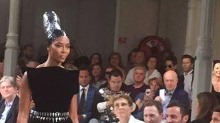 Naomi Campbell illumina il defilé di Azzedine Alaia