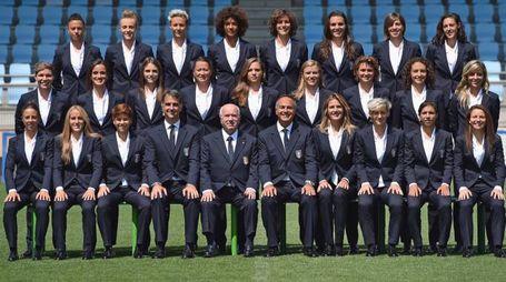 La nazionale italiana di calcio femminile con le nuove divise
