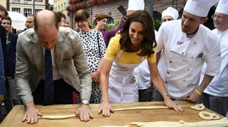 William e Kate principi panettieri. Gara a colpi di brezel