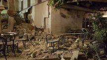 Un bar di Kos distrutto dal terremoto (Ansa)