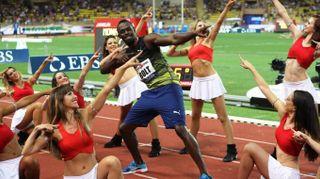 Usain Bolt show a Monte Carlo: vince e balla con le pom pom girls