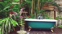 angolo relax con vasca da bagno in stile retrò