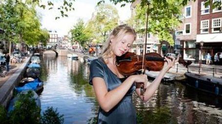 Un'artista al Festival dei Canali di Amsterdam