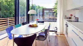 Vivere e lavorare sull'acqua in una casa galleggiante