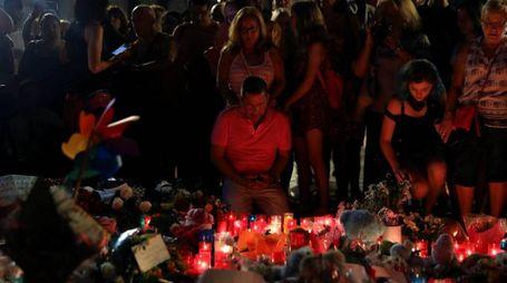 Attentato Barcellona, il cordoglio sulla Rambla (LaPresse)