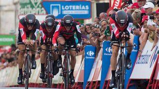 Vuelta 2017, la Bmc vola a cronometro. Dennis maglia rossa