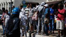 Sgombero del palazzo occupato da migranti in via Curtatone (Lapresse)