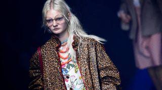 Il sortilegio di Gucci, sfilata tra statue antiche e il glitter di Elton John