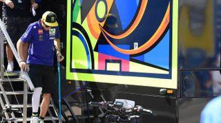 Motogp, Valentino Rossi con le stampelle ad Aragorn