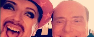 Boy George, selfie con Berlusconi (Instagram)