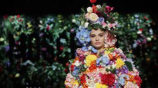 Moschino, meraviglia di fiori. La top-model è un bouquet