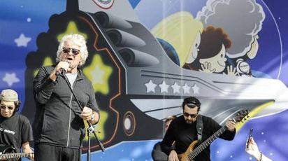 Beppe Grillo sul palco canta per gli attivisti M5s (Ansa)