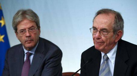 Paolo Gentiloni e Pietro Carlo Padoan (Ansa)