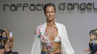 Milano Fashion Week, Federica Pellegrini sfila in 'paint-kini'