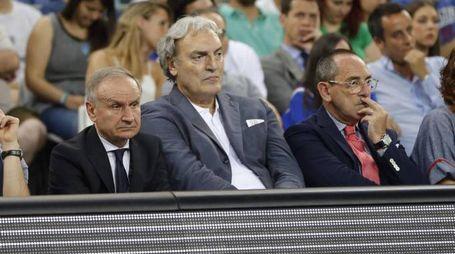 Bianchi e Petrucci assieme a Dino Meneghin (La Presse)