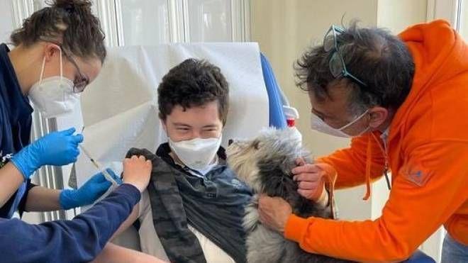 Meyer, si vaccina con il cane per superare la paura dell'ago - La Nazione