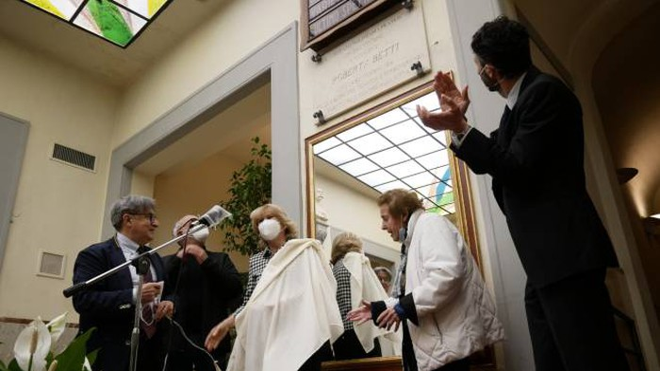 Politeama, applausi e commozione per la targa in ricordo di Roberta Betti - La Nazione