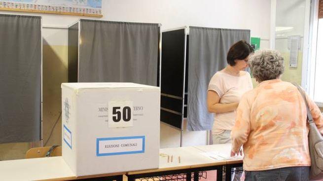 Un seggio elettorale (foto Corelli)