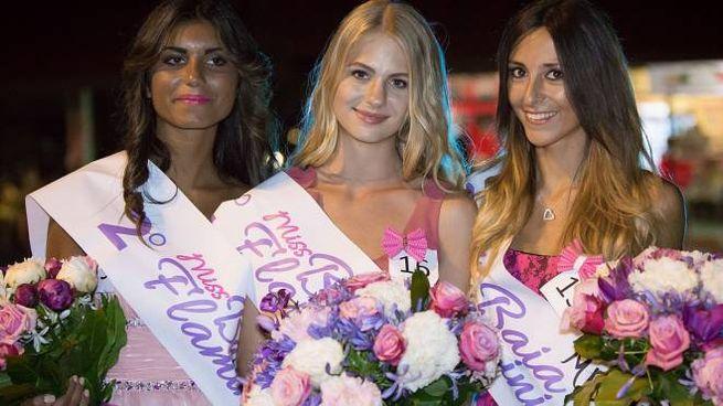 Il podio di Miss Baia Flaminia: al centro la vincitrice Marinella Abel (Foto Luca D'Andrea - Vertigo)