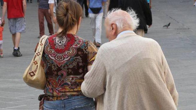 Anziano con giovane donna