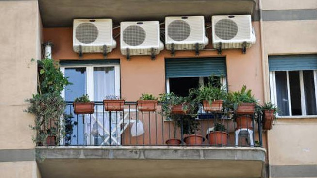 I condizionatori all'esterno di un palazzo
