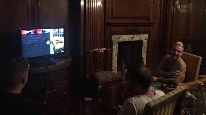 Robbie Williams durante le partite a Fifa (Foto dal profilo Twitter dell'artista)