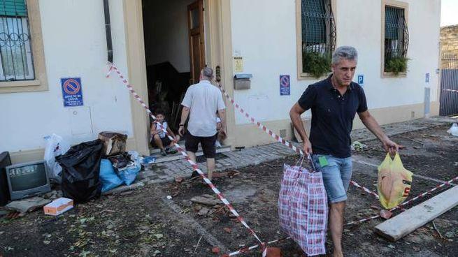 Una casa al Gignoro viene ripulita dopo la tempesta (Cabras/New Press Photo)