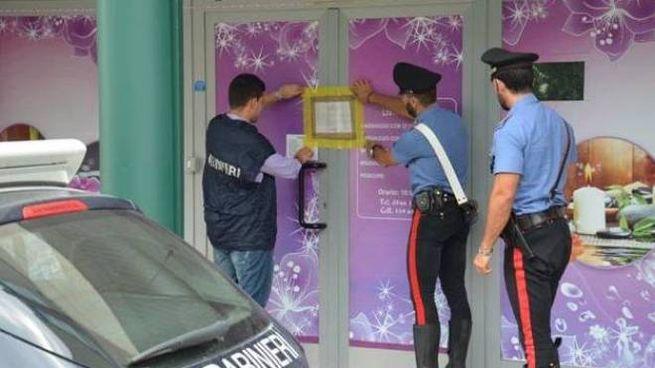 I Carabinieri pongono i sigilli al centro massaggi di via Murri