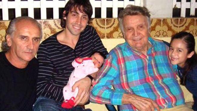 Orlando Orfei (terzo da sinistra) con il figlio Mario (primo da sx), il nipote Adriano che tiente in braccio la piccola Kimberly e l'altra pronipote Melannjy, in una foto d'archivio tratta dal sito  www.circusfans.net. Orlando Orfei e' morto a Rio de Janeiro il 3 agosto 2015 all'eta' di 95 anni. ANSA/INTERNET/WWW.CIRCUSFANS.NET/DRN