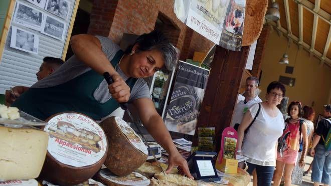 CASCINA Nel mercato di Triulza assaggi di prodotti sardi A sinistra, la direttrice del padiglione Chiara Pennasi (Newpress)