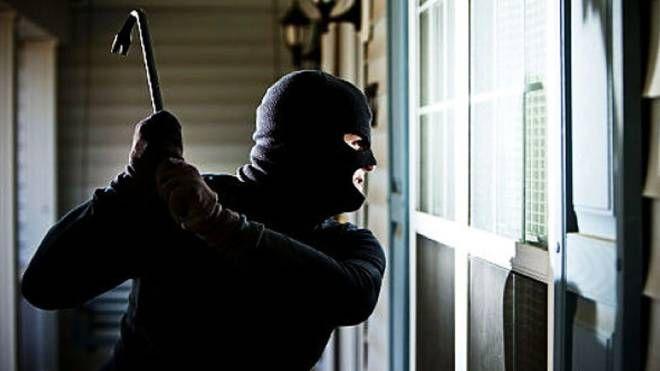 Un ladro incappucciato