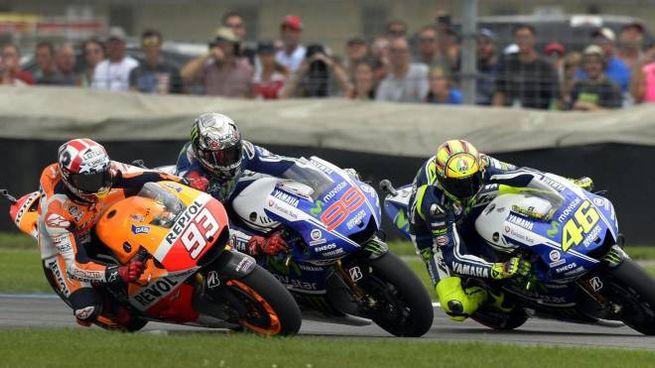 Valentino Rossi lotta con Marquez e Lorenzo (Foto Ansa)