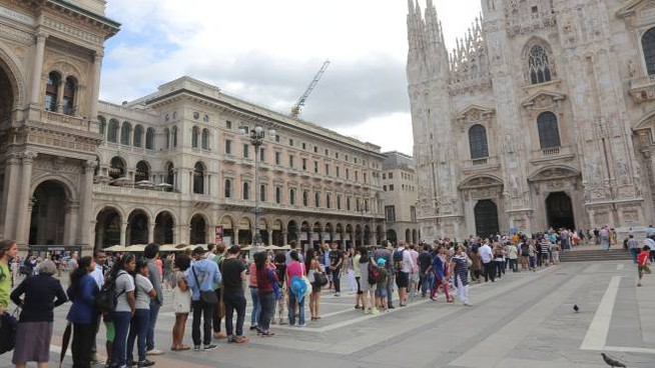 cd1133ea32773 Turisti in piazza Duomo a Milano (Newpress)