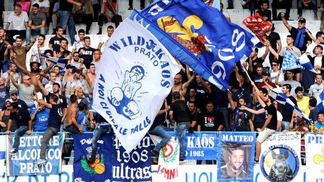 I sostenitori del Prato allo stadio Lungobisenzio  foto Lapresse