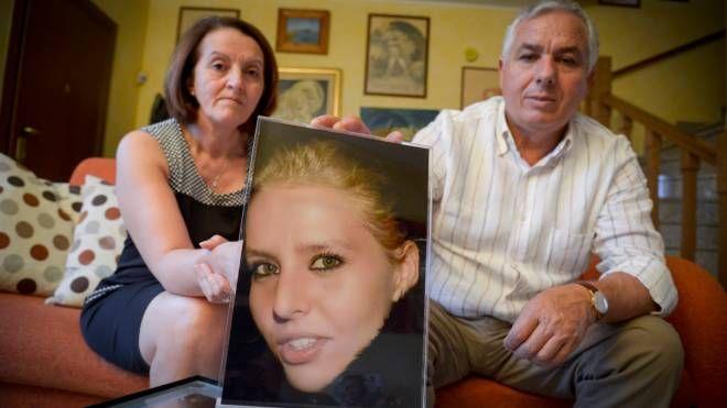 I genitori di Teresa Costanza mostrano una foto della figlia, uccisa a Pordenone con Trifone Ragone