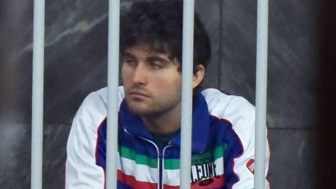 Alexander Boettcher a processo nella gabbia degli imputati