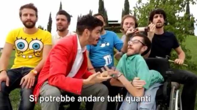 Un momento del video con Lorenzo Baglioni (in giacca rossa), Iacopo Melio e la band