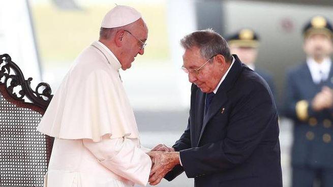 La stretta di mano tra Papa Francesco e Raùl Castro (Ansa)